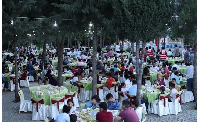Viranşehir'de yetimler için iftar verildi!