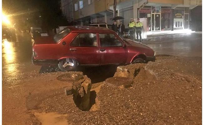 Genel Sivas'ta yol çöktü, otomobil çukura düştü