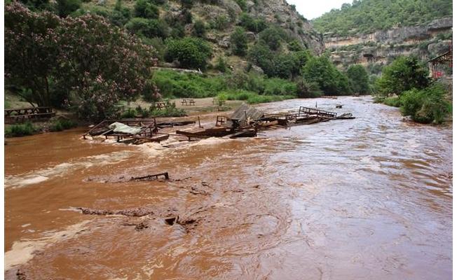 Mersin'de kuvvetli sağanak sele neden oldu