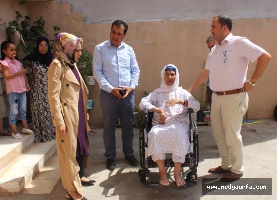 Suriyeli yaşlı kadının tekerlekli sandalye sevinci