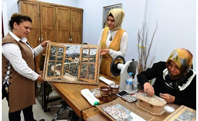 Mozaik'lere Kadın Eli
