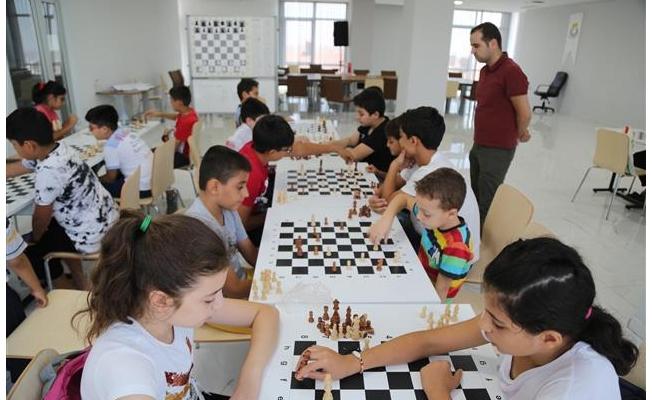 Gençler Haliliye ile satranç öğreniyor