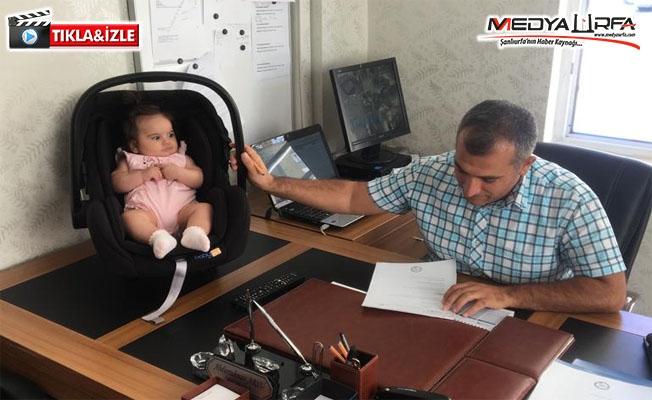 Hem bebeğe hem okula bakıyor!