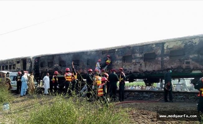 Pakistan'da yolcu treni alev aldı: 65 ölü