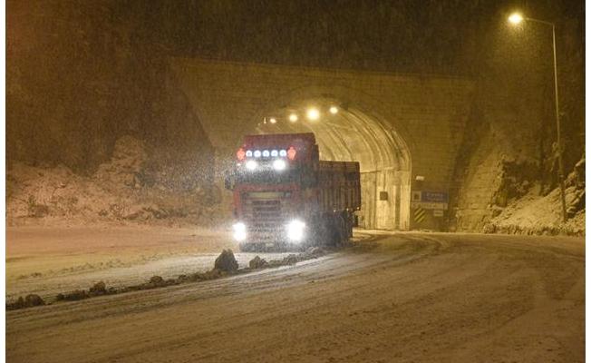 Zigana Dağı'nda kar yağışı etkili oluyor