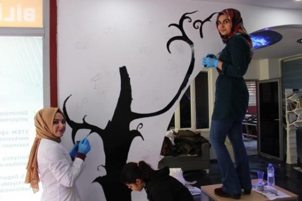 Üniversite öğrencileri bilim merkezini boyadı