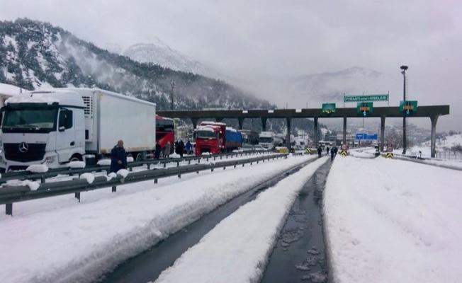 Adana-Ankara otoyolunda kar yağışı