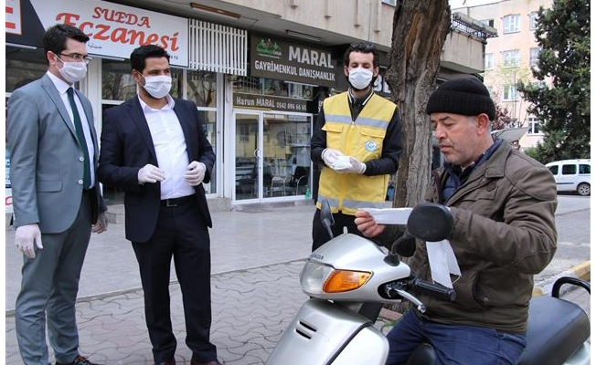 Haliliye kendi ürettiği maskeleri ücretsiz dağıtıyor