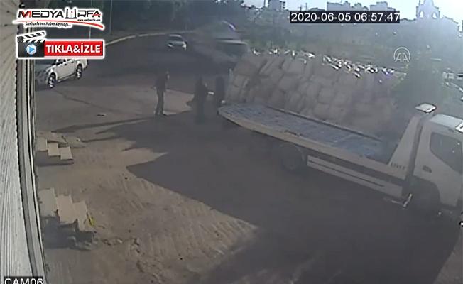 Saman yüklü kamyonun devrilme anı kameraya yansıdı