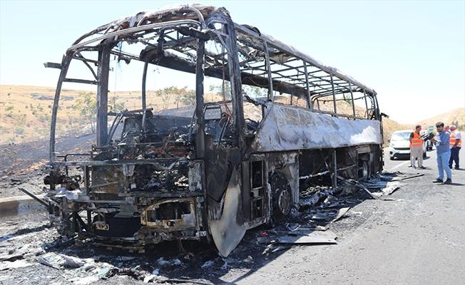 Şanlıurfa'da seyir halindeki yolcu otobüsü yandı