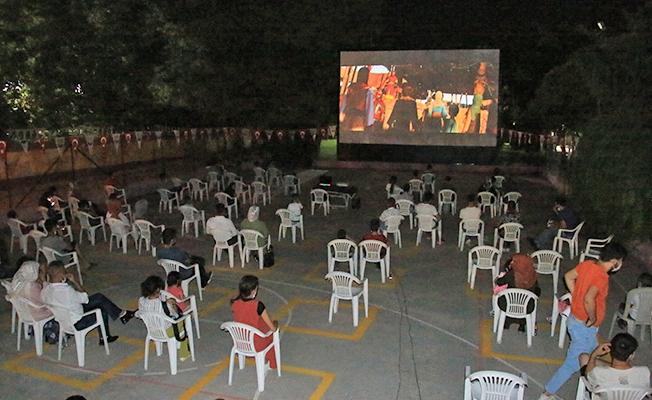 Şanlıurfa'da sosyal mesafeli açık hava sineması
