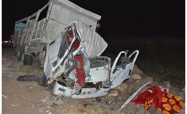 Siverek'te iki kamyon çarpıştı: 3 ölü, 1 yaralı