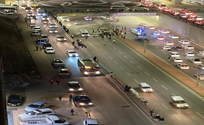 Karaköprü'de çarpışan araçlar üst geçitten düştü