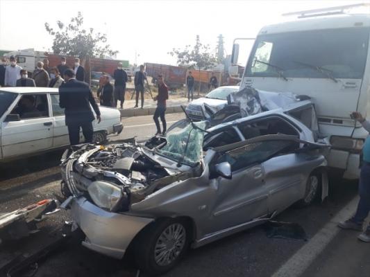 Kazada araçta sıkışan iki kişiyi itfaiye ekipleri kurtardı