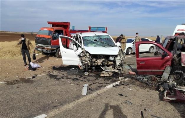 Siverek'te pikap ile hafif ticari araç çarpıştı: 10 yaralı