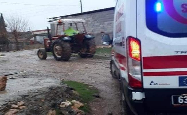 Çamura saplanan ambulansı traktör kurtardı!