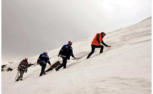 3 bin metrelik yükseklikte ve 7 metrelik karda arızayı giderdiler
