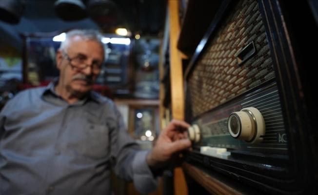 Eski radyoları müzeyi andıran evinin odasında sergiliyor