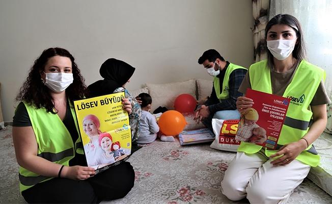 Lösemiyi yendi, kanserli çocuklar ve ailelerine umut aşılıyor