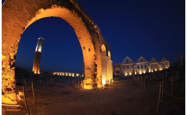 Şanlıurfa'daki turistik mekanlar gece de görenleri cezbediyor