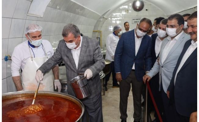 Başkanlar Aşevinde Yemek Dağıttı