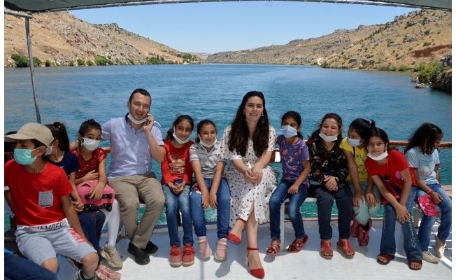 Halfeti'de polislerden öğrencilere tekne gezisi