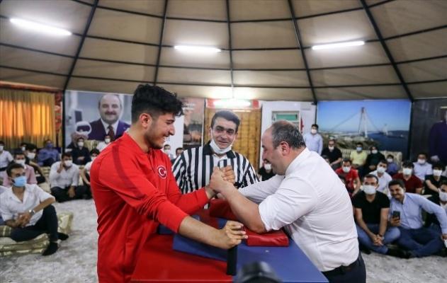 Bakan Varank, Milli Sporcuyla Urfa'da Bilek Güreşi Yaptı