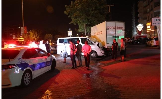 Şanlıurfa'da ticari araç ile minibüs çarpıştı: 4 yaralı