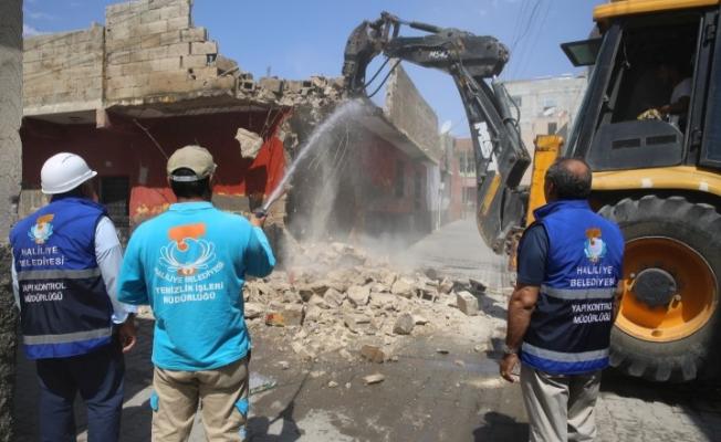 Haliliye'deki riskli binalar yıkılıyor