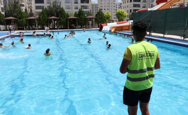 Karaköprü'de vatandaşlar yüzme havuzunda serinliyor