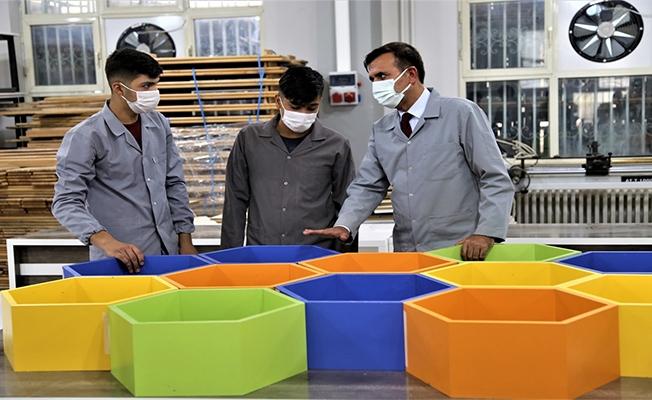 Meslek lisesi öğrencileri yaptıkları üretimle ekonomiye katkı sağlıyor