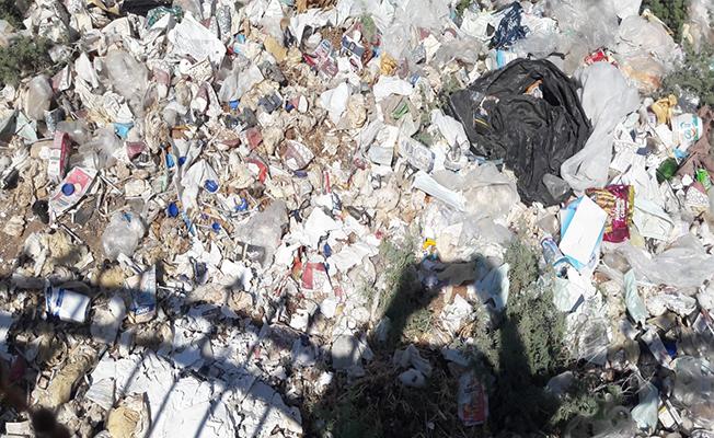 Hastane çevresinde biriken çöpler hastalığa davetiye çıkarıyor