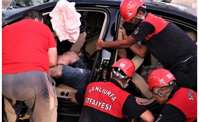 Şanlıurfa'da tabelaya çarpan otomobilin sürücüsü öldü
