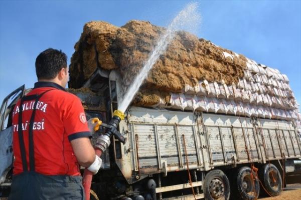 Şanlıurfa'da saman yüklü kamyonda çıkan yangın söndürüldü