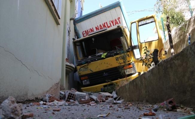 Freni boşalan kamyon apartmanın duvarına çarptı