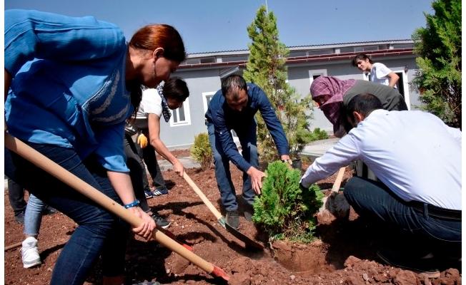 Hayvanseverler rehabilitasyon merkezini ağaçlandırdı