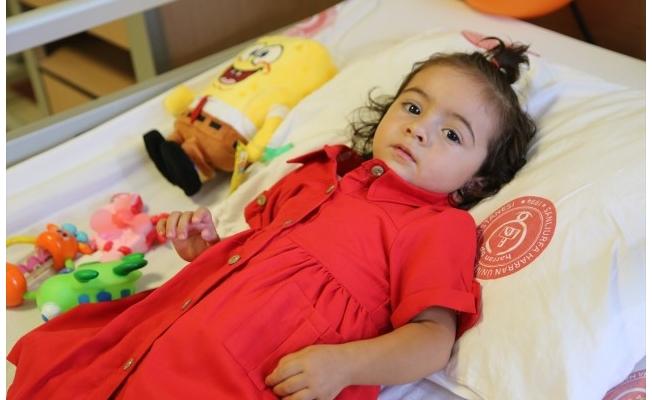 İki yaşındaki Zeliha yapay bağırsakla sağlığına kavuştu