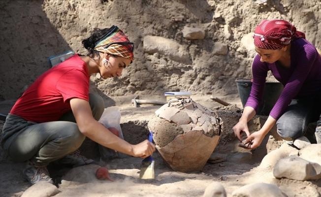 Yumuktepe'de 4 bin 500 yıllık küpün olduğu yapı bulundu