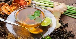 Hastalanmak İstemeyen Çalışan Bitki Çayı İçiyor