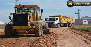 Ceylanpınar'da Alt Yapısı Tamamlanan Mahallelerde Yol Çalışması Sürüyor