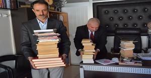 Siverek'te Kitaplarını Kütüphaneye Bağışladı