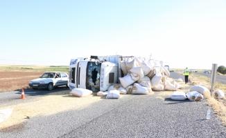 Şanlıurfa'da saman yüklü kamyon devrildi: 8 yaralı