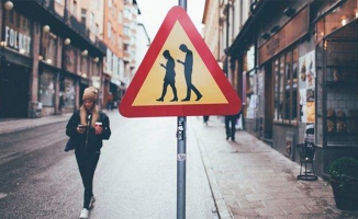 Yolda Yürürken Telefonla Mesajlaşmak Yasaklandı