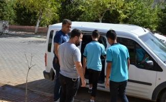 Polis, ders saatinde sokakta gezen öğrencileri topladı