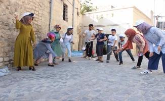 Suriyeli ve Türk çocuklar sokak oyunlarıyla eğlendi