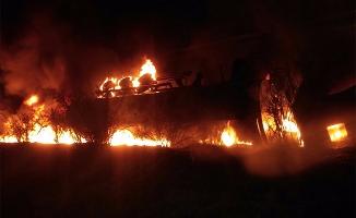 Şanlıurfa'da devrilen asfalt yüklü tanker alev aldı