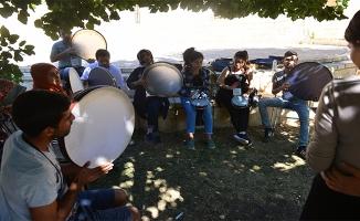 Suriyeli akranlarıyla kampta kaynaşıyorlar