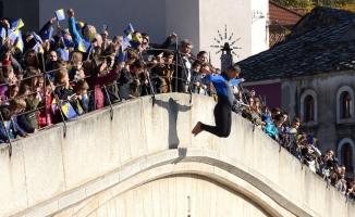 Tarihi Mostar Köprüsü'nde anma töreni