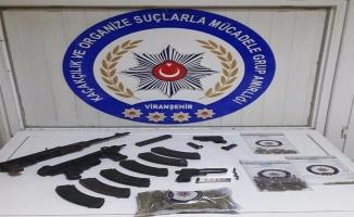 Viranşehir'de bir bağ evinde çok sayıda silah ve mermi yakalandı