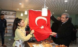 Başkan Demirkol bayrak dağıttı